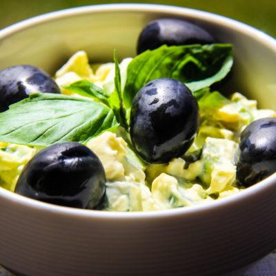 Salata cu avocado, ou si iaurt grecesc.