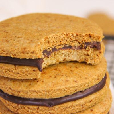 Biscuiti sandwich cu ciocolata