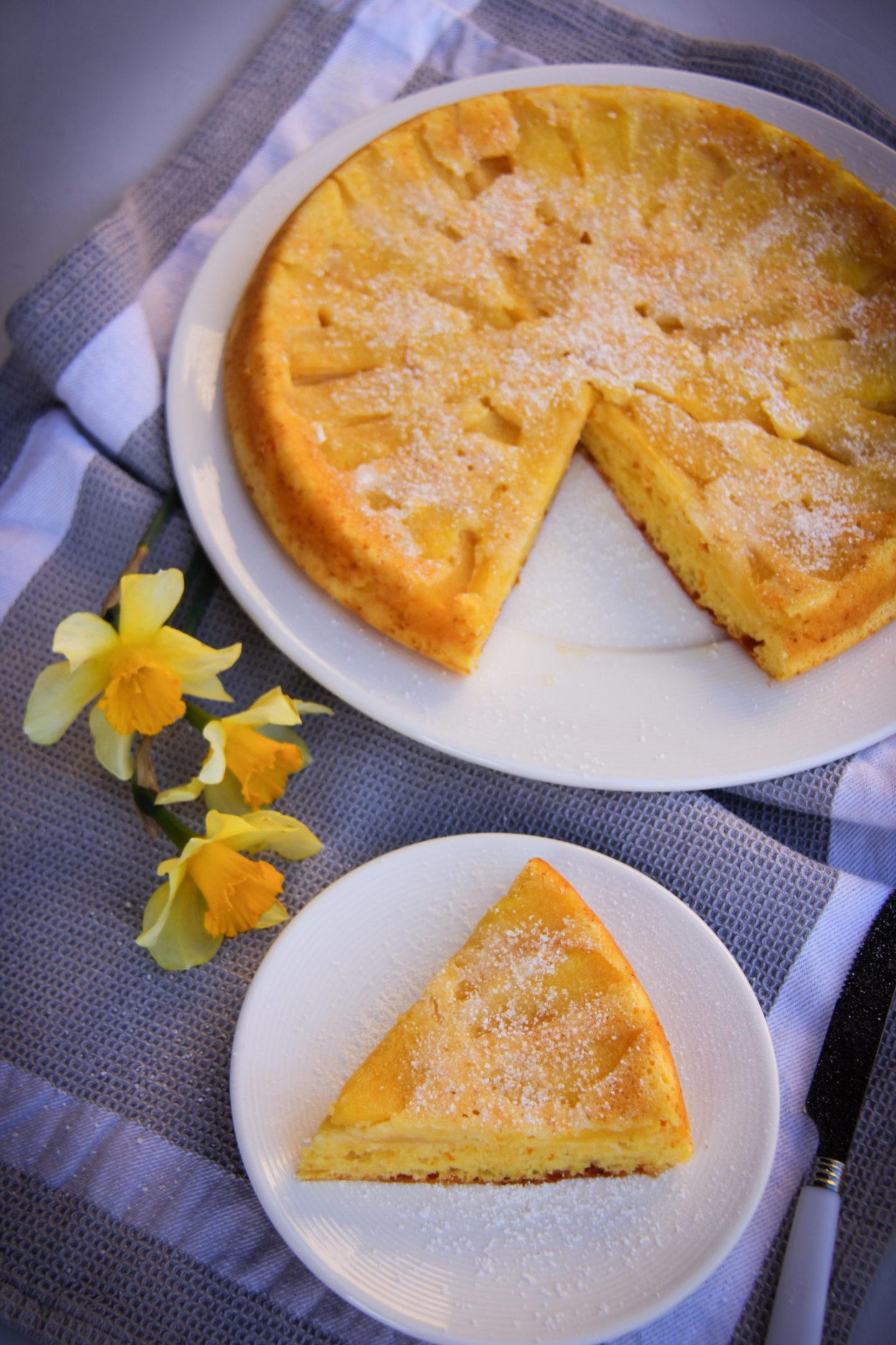 "alt=""prajitura cu mere, iaurt si portocale"""