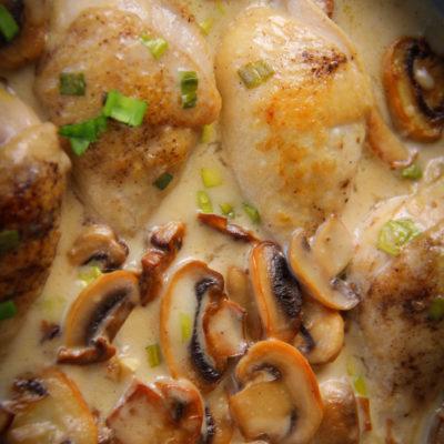 Pulpe de pui în sos alb cu ciuperci